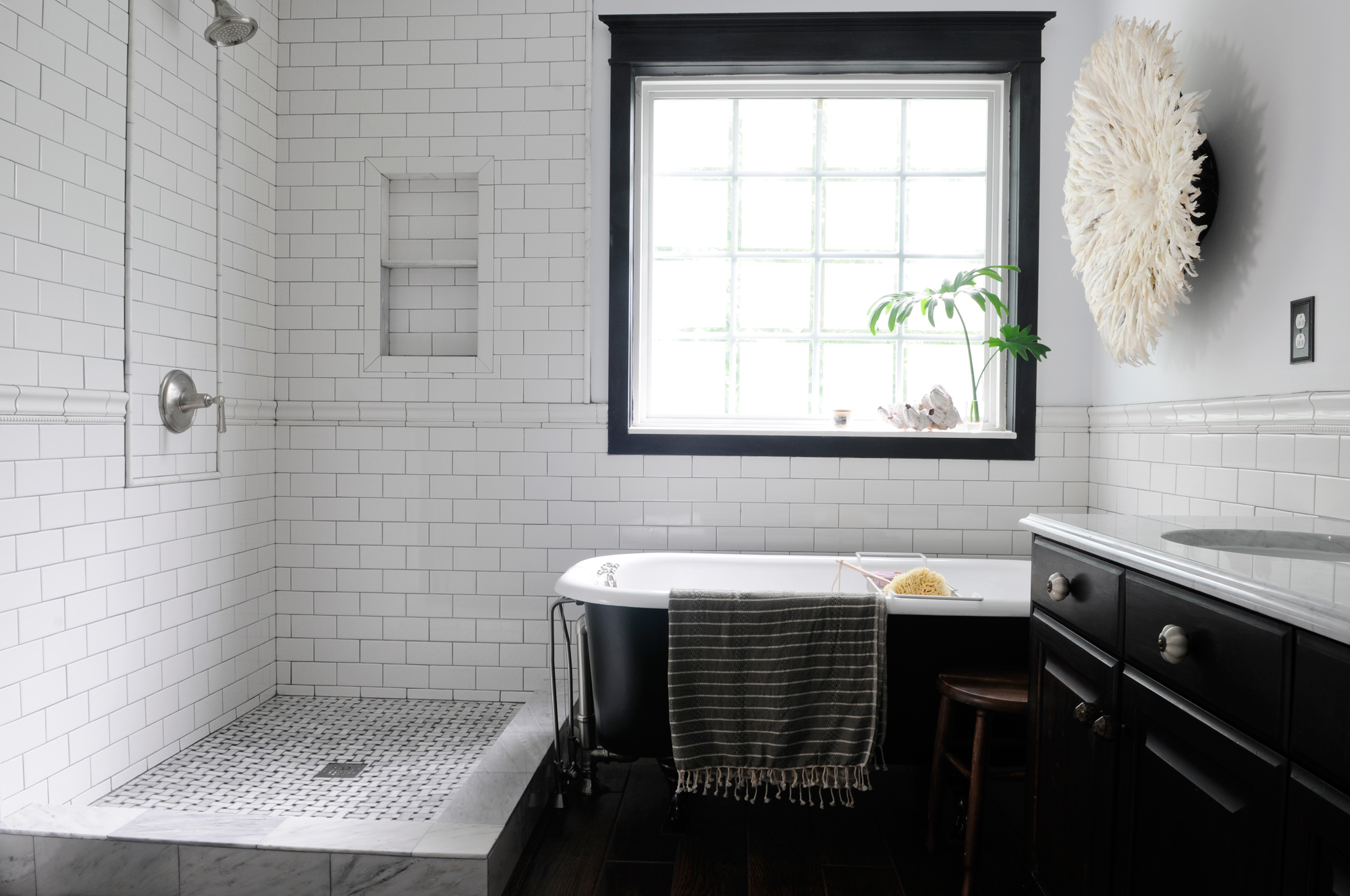 Cool black and white bathroom design ideas for Bathroom design ideas black and white