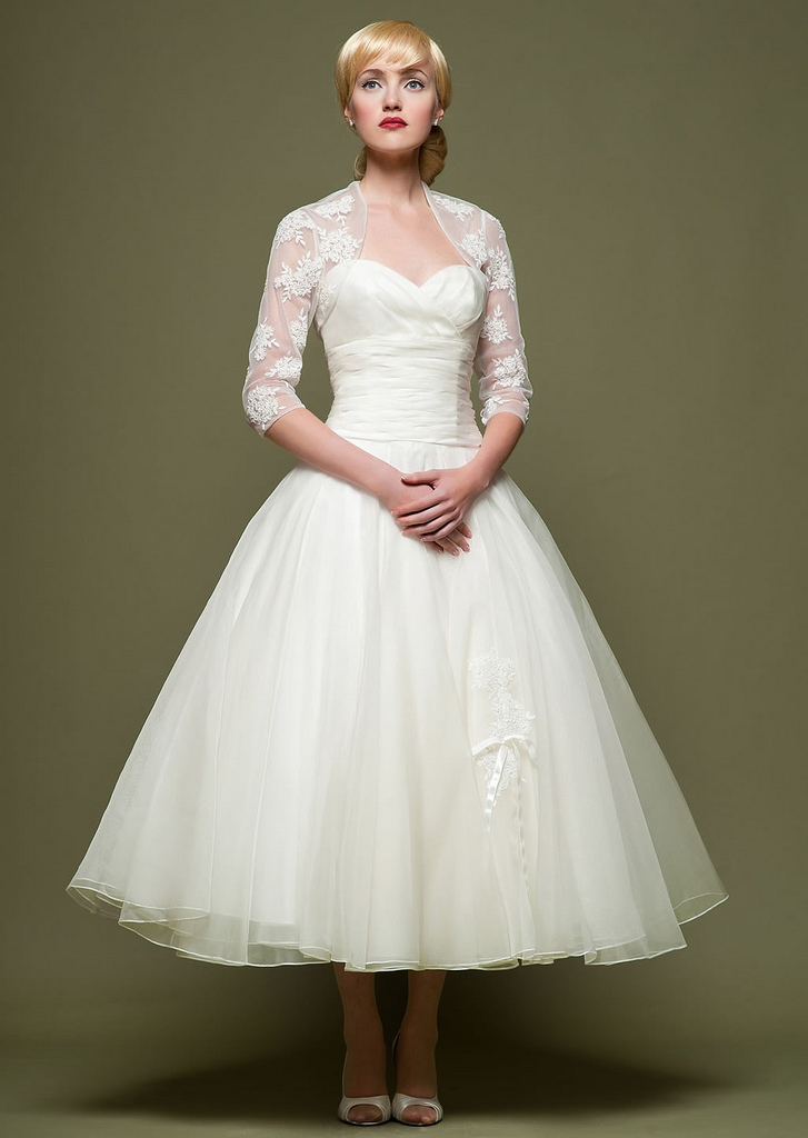 Organza Vintage 3:4 Sleeve Sweetheart Neckline Ball Gown Wedding Dress