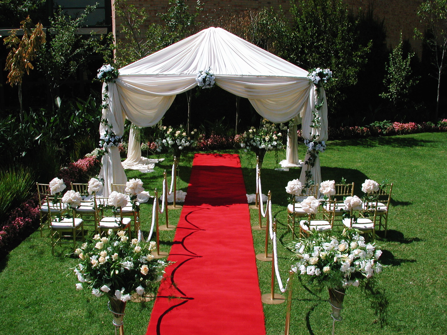 if-you-like-the-grass-view-then-you-can-set-the-wedding-in-the-garden-with-best-design-and-outdoor-wedding-reception-ideas