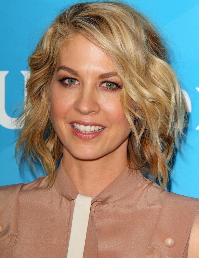 Wavy bob hairstyle for a middle aged woman