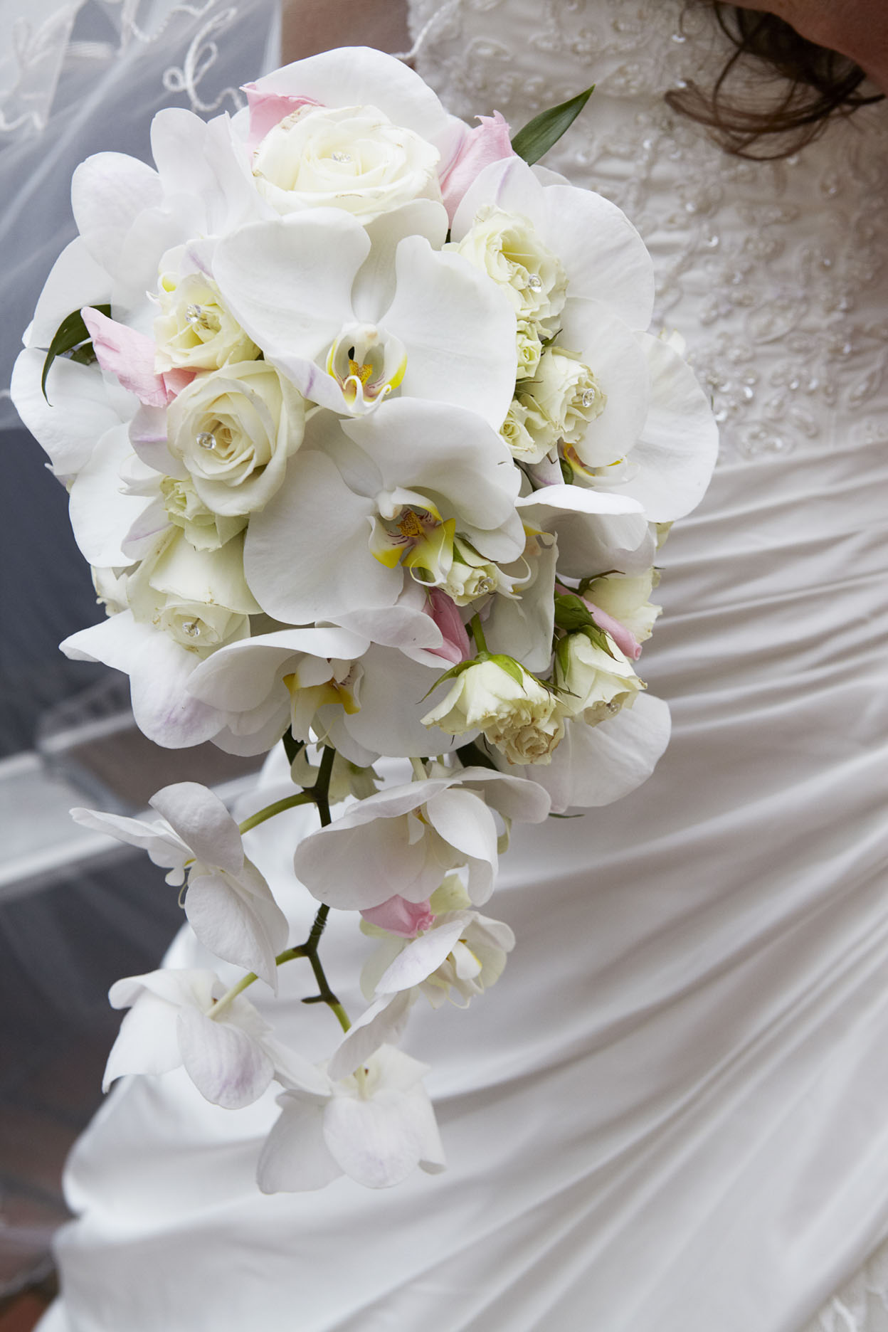 trailing-wedding-bouquets-incredible