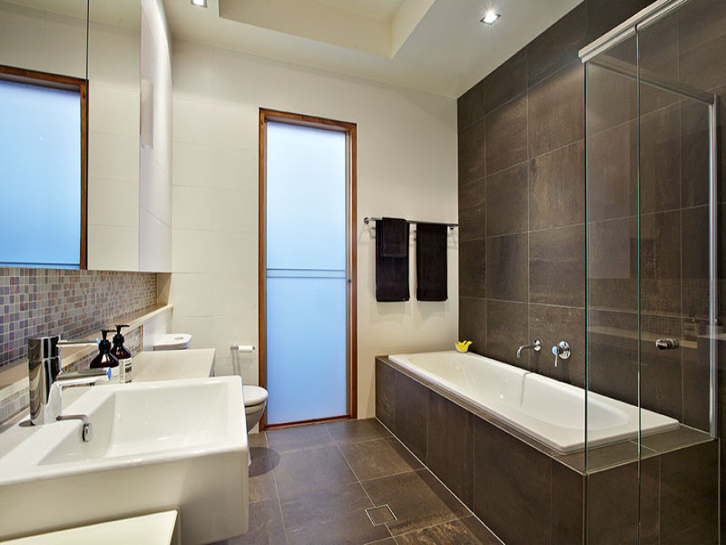 Modern-bathroom-design-with-recessed-marble